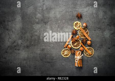 Christtmas Tannenbaum aus Gewürzen und Nüssen auf Schwarz backgroun - Stockfoto