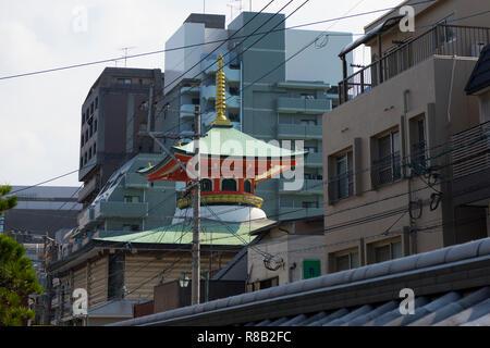 Fukuoka, Japan - Oktober 18, 2018: Historische Tochoji Tempel zwischen moderne Gebäude in Hakata, Fukuoka City - Stockfoto