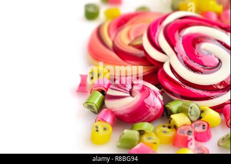 Bunte Bonbons und Lutscher auf weißem Hintergrund - Stockfoto