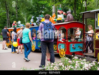 """Voronezh, Russland - 24. Juni 2018: Reiten für Kinder mit ihren Eltern auf die Attraktion """"Zug"""" im Central Park der Stadt Voronezh - Stockfoto"""