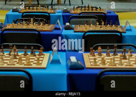 Schachfiguren aufgereiht über viele Boards in der Bereitschaft, für ein grosses Turnier - Stockfoto