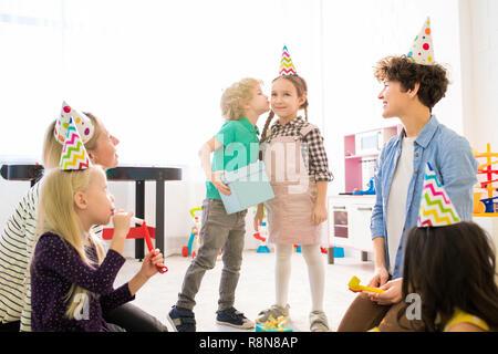 Küssen Mädchen für ein Geschenk zum Geburtstag der Kinder - Stockfoto