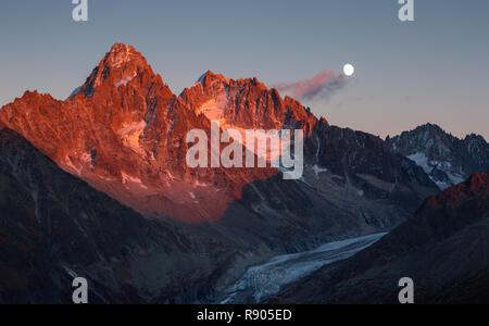 Die letzten, warmen Sonnenlicht auf Gipfel Aiguille d'Argentiere bei Mondaufgang. Chamonix, Frankreich. - Stockfoto