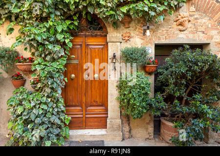 Die vordere Klappe, um zu Hause in mittelalterlichen Dorf Castelmuzio, Toskana Italien - Stockfoto
