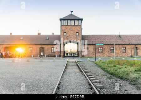 Bahn zum Haupteingang des Konzentrationslager Auschwitz Birkenau, Museum heute, Polen - Stockfoto