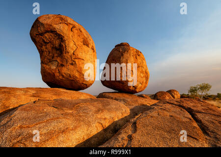 Berühmte Devils Marbles (Karlu Karlu) gut in Australiens Outback ausgeglichen. - Stockfoto