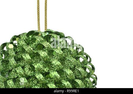 Grüne Weihnachten & Neujahr baum Kegel Kugeln gegen Weiße isoliert Hintergrund - Stockfoto