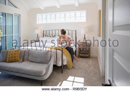 Mutter mit Tochter auf dem Bett - Stockfoto