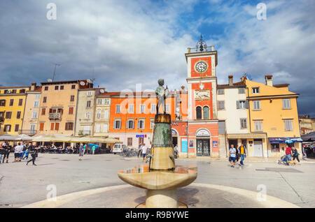 Hauptplatz der historischen Altstadt mit Brunnen und alte Statue der Boy holding Fisch. Rovinj, Kroatien - Stockfoto