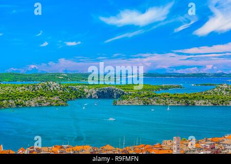 Einen malerischen Blick auf den berühmten Kanal Saint Anthony vor der Stadt Sibenik, Kroatien Europa. - Stockfoto