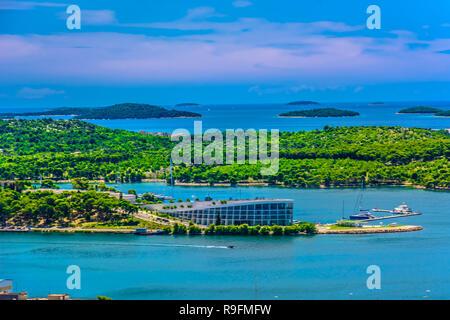 Luftbild bei Marble Küste in Dalmatien region, Sibenik Riviera touristischen Orten. - Stockfoto