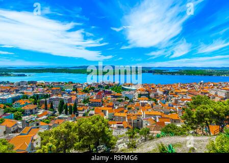 Malerischer Blick auf erstaunliche Sibenik Stadt aus bergauf fort in Dalmatien, Kroatien. - Stockfoto