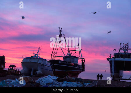 Hastings, East Sussex, UK. 27 Dez, 2018. Dawn brechen über die Fischerboote auf die Altstadt Stade Strand. Mit mehr als 25 Boote Hastings hat eine der größten Strand - gestartet Flotten in Europa. - Stockfoto