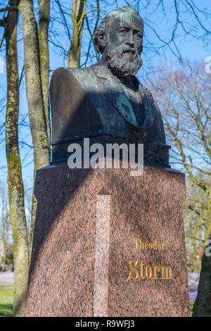 Theodor-Storm-Denkmal in den Schlossgarten, Dichter und Schriftsteller Theodor Storm Lebte 1817-1888, Husum, Nordfriesland, Schleswig-Holstein, Deutschland, Europa - Stockfoto
