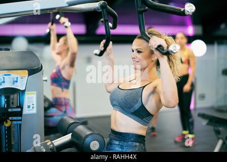 Reife Frau Ausbildung in Sport Übung Maschine - Stockfoto