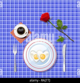 Liebe Frühstück. Herzförmige Spiegeleier auf weißen Teller und Tasse Kaffee mit Herz auf blau kariertem Tischtuch Hintergrund mit roten Rose. Valentine' - Stockfoto