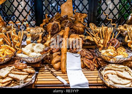 Brot bar Station in buffet Catering, close-up. Auswahl an frischem Gebäck auf dem Tisch im Restaurant. Konditorei Buffet für Frühstück in Ägypten - Stockfoto