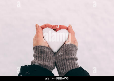 Schnee in Herzform frau Hände. - Stockfoto