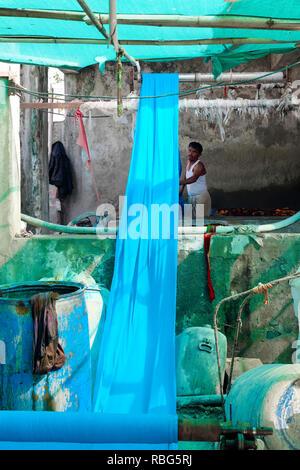 Indien, Rajasthan, Pali Marwar: sari Fabrik, Indien, Rajasthan, Pali Marwar: sari Fabrik. Herstellung von Koh-i-Noor Saris, bunten Stoffen - Stockfoto