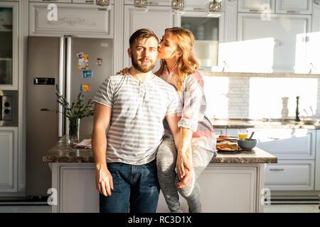Glückliches Junges Paar Posing zu Hause - Stockfoto