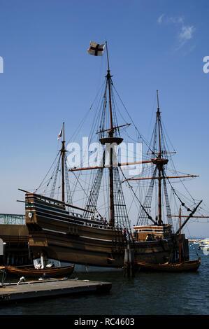 Mayflower II an der Pier. Es ist eine Nachbildung des 17. Jahrhunderts Schiff Mayflower. William Bradford und der Mayflower Pilger landete am 21. Dezember 1620 und die Plymouth Kolonie gegründet. Sie waren die ersten Siedler an der Küste von Massachusetts. Plymouth. Massachusetts. In den Vereinigten Staaten. - Stockfoto