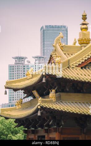 Jing'an Tempel in Shanghai, China, mit modernen Bürogebäuden im Hintergrund - Stockfoto