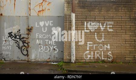 Ein wenig Graffiti auf ein Garagentor und eine rote Wand. - Stockfoto