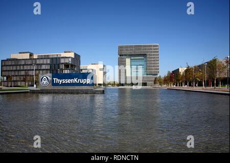 Das würfelförmige Q1 Gebäude, neu errichtete ThyssenKrupp AG Hauptsitz im Westen der Stadt Essen, in der so genannten Krupp-Guertel Bereich - Stockfoto