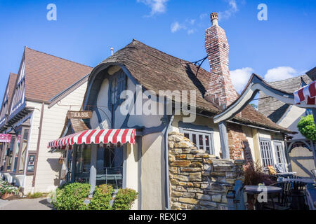 November 5, 2017 Carmel-By-The-Sea/USA - alten, restaurierten Gebäude, in dem sich ein Restaurant in Downtown Carmel, Monterey Halbinsel, Kalifornien - Stockfoto