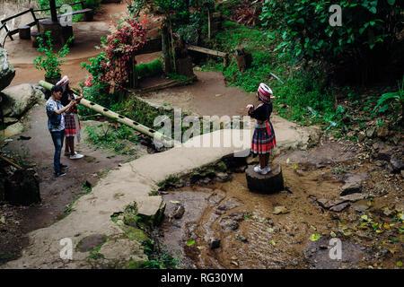 Doi Pui Tribal Village, Chiang Mai, Thailand 12.16.18: Asiatische tourist dress up in traditionelle Kleidung der Hmong Stamm. - Stockfoto