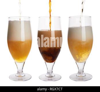 Bier zapfen in Glas auf weißem Hintergrund - Stockfoto