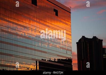 Sonnenuntergang reflektierte die Glasfront des Hard Rock Hotel, Las Vegas, Clark County, Nevada, USA - Stockfoto