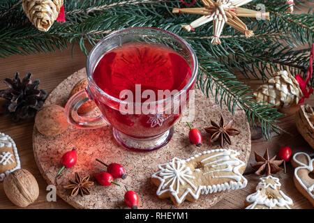 Hagebutte Tee mit Weihnachten Lebkuchen cookies und Dekoration - Stockfoto