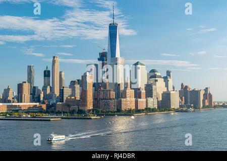 Das One World Trade Center Hochhaus Gebäude hoch in die Skyline von New York, Blick von der Hudson River. - Stockfoto