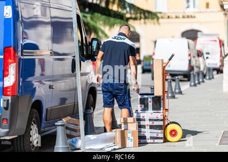 Perugia, Italien - 29 August 2018: Italienische Straße in der Stadt sonniger Tag mit Mann Arbeiter Lieferung Kerl auf der Straße durch Lkw und Boxen - Stockfoto