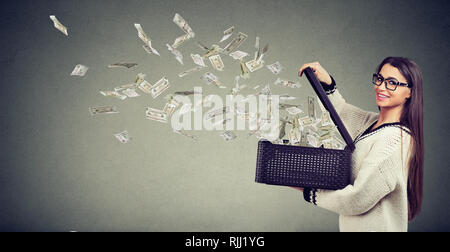 Erfolgreiche super glücklich Frau Öffnen einer Box mit Geld weg fliegen aufgeregt - Stockfoto