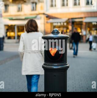 Straße Sicherheit Säule mit Feuerstelle Form auf das rote Licht und einsame elegante Frau wandern - Stockfoto