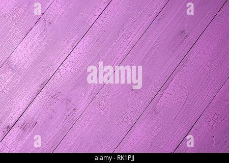 Alte natürliche Holzbohlen in Schöne rosa Farbe mit Risse Effekt lackiert. Sehr detaillierte Hintergrund mit diagonalen Layout und Kopieren. Anzeigen - Stockfoto