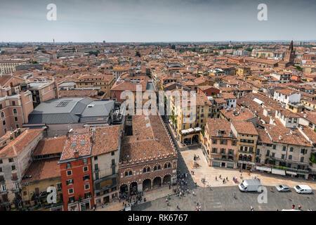 Piazza delle Erbe Square vom Torre Dei Lamberti Turm (Turm Lamberti), Verona, Italien - Stockfoto