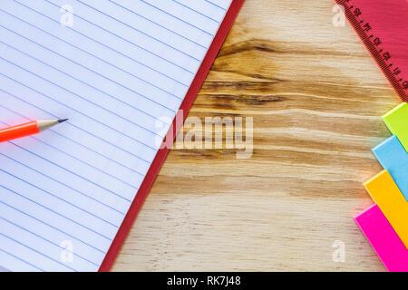 Schule und Zeichnung liefert, auf hölzernen Tisch. Übungen Buch, Stifte, Zettel und Lineal. Mit kopieren. - Stockfoto