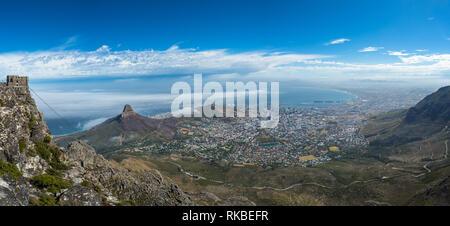 Panoramablick auf Kapstadt, Lion's Head und Signal Hill aus den Tafelberg. - Stockfoto