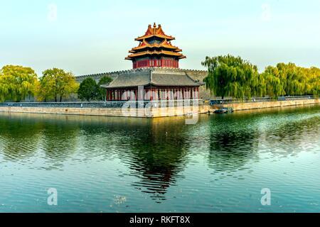 Pfeil Watch Tower Gugong Verbotene Stadt Graben Canal Plaace Wand Beijing China. Der Kaiserpalast in den 1600er Jahren in der Ming Dynastie errichtet wurde. - Stockfoto