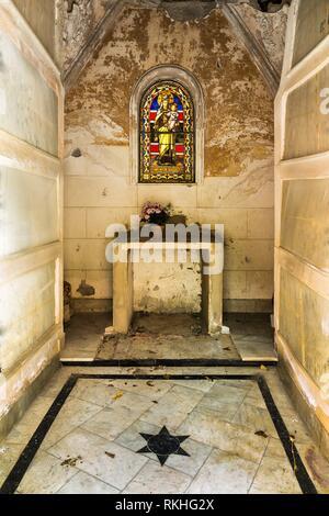 Abgebrochene Mausoleum in einem christlichen Friedhof in Malaga Spanien. - Stockfoto