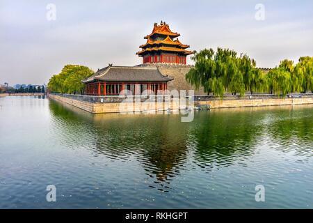 Pfeil Watch Tower Gugong Verbotene Stadt Graben Canal Plaace Wand Beijing China. Der Kaiserpalast in den 1600er Jahren in der Ming Dynastie errichtet. - Stockfoto
