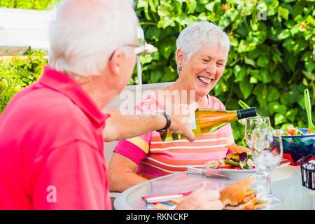Ein älteres Ehepaar genießen Sie eine Mahlzeit im Freien auf der Terrasse mit einem Glas Wein. Model Releases 20070822_Herr_C 20070822_Herr_D 20070822_PR_A - Stockfoto