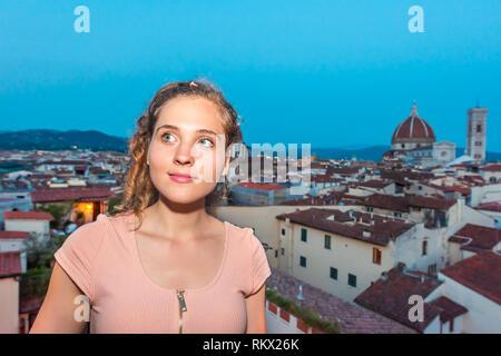 Firenze oder Florenz, Italien historische Stadt mit Kirche Duomo berühmte Architektur im Sommer Sonnenuntergang am Abend Nacht Stadtbild Skyline und junge Frau Mädchen o - Stockfoto