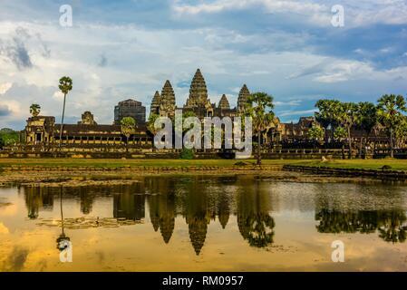 Blick auf Angkor Wat mit Teich. Es ist das größte religiöse Monument der Welt. Der Name bedeutet Stadt der Tempel, Kambodscha. - Stockfoto