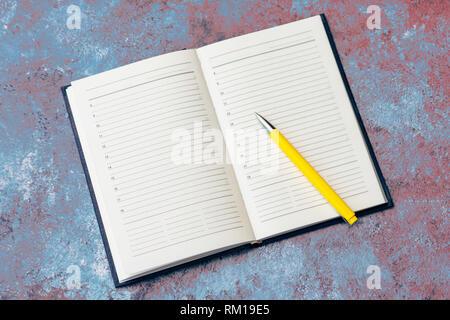 Clean Business Notizbuch und Bleistift wichtige Veranstaltungen und Meetings mit Geschäftspartnern auf dem Marmor Tabelle Datensatz geöffnet - Stockfoto