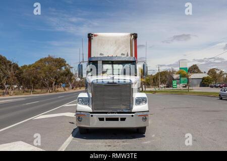 Australische Lastzug Truck in der Service-einheit Rastplatz aus Western Highway in der Nähe von Ararat, Victoria bei Sonnenuntergang mit dramatischen Wolken - Bild - Stockfoto