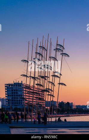 Blick auf die Schirme Skulptur im Jahre 1997 von dem Bildhauer Georgios Zongolopoulos, an der Küste der Stadt. - Stockfoto